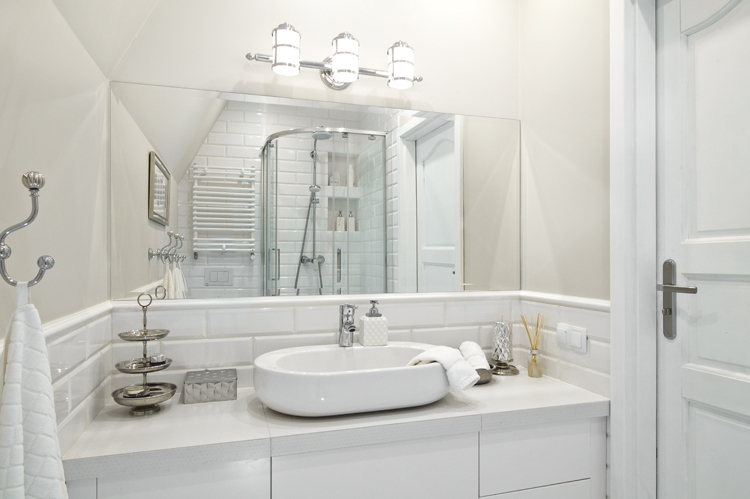biała łazienka w stylu hampton