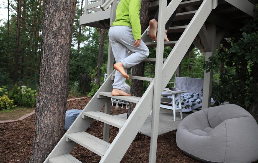 domek-na-drzewie-schody-malowane-balustrada-modrzew