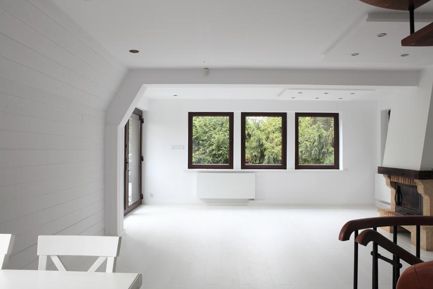 białe ściany we wnętrzu, biel powiększa wizualnie przestrzeń