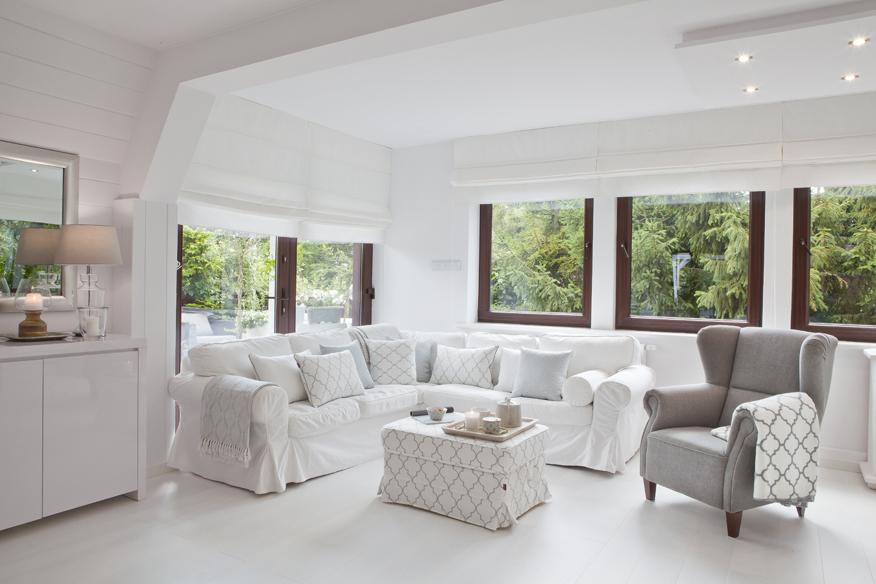 meble i dodatki pasujące do białych wnętrz