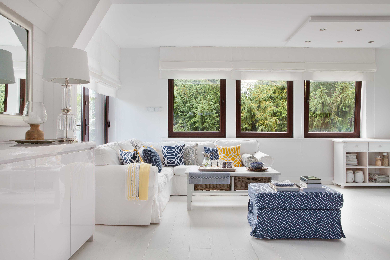 biały salon z kolorowymi dodatkami