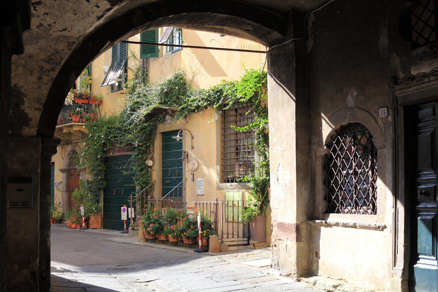 W Lucca znajdziemy pełno podwórek z pięknymi ogródkami wewnątrz miasta.