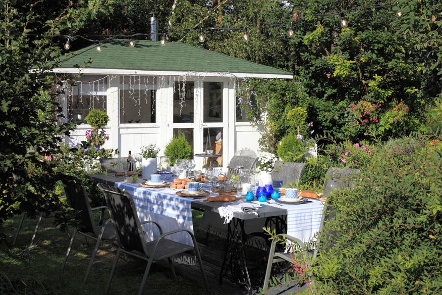 jak ładnie zastawić stół na ogrodowe przyjęcie