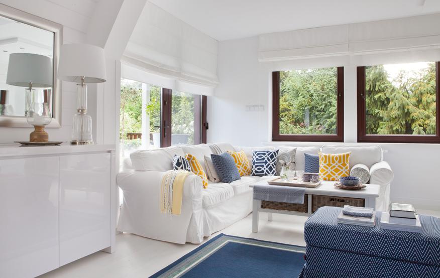 jesli na kanapie ułożymy sporo kolorowych poduszek, uzyskamy efekt przyjaznego, dynamicznego wnetrza