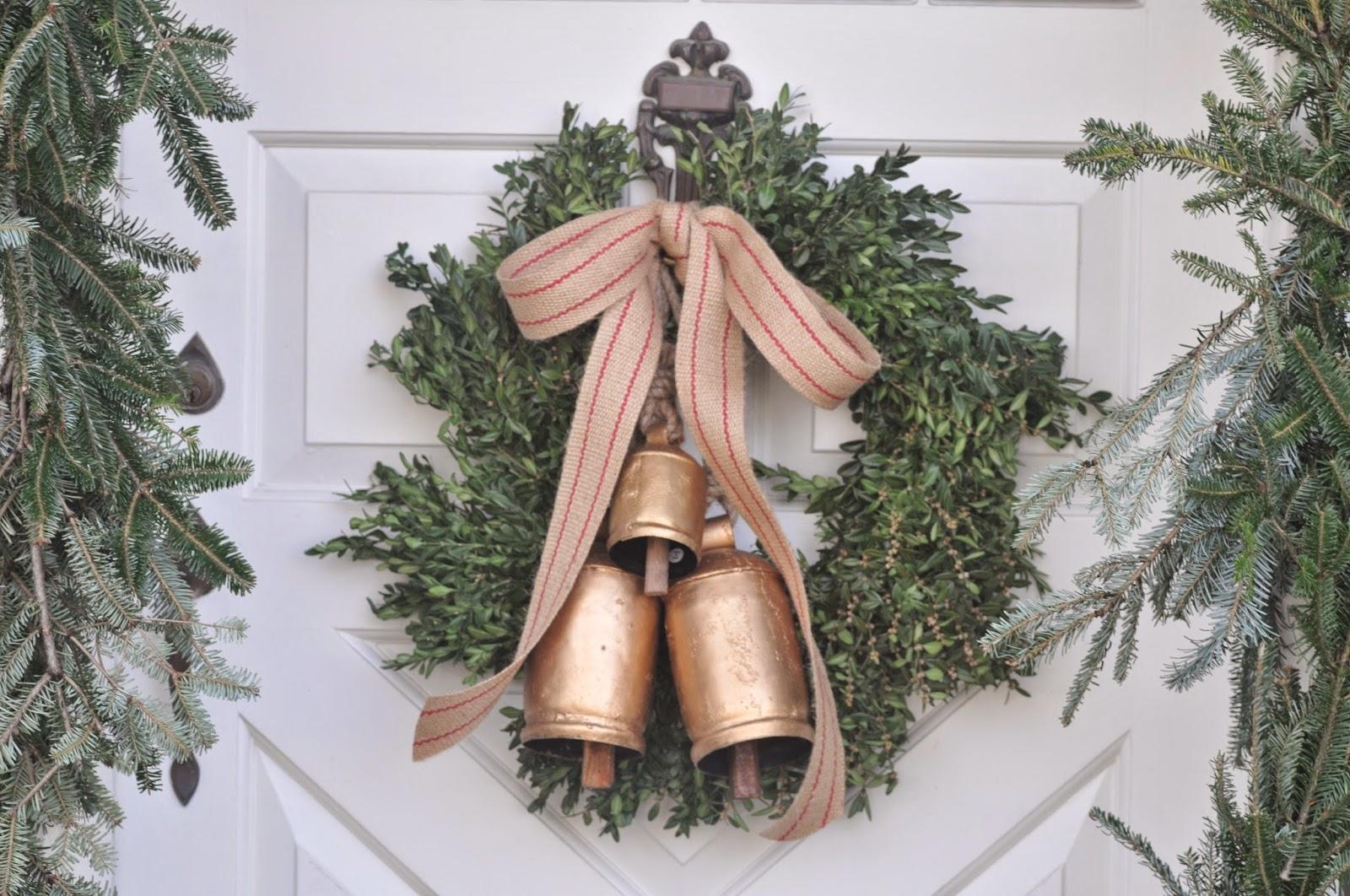 Dekoracje świąteczne na zewnątrz - jak ozdobić drzwi wejściowe do domu