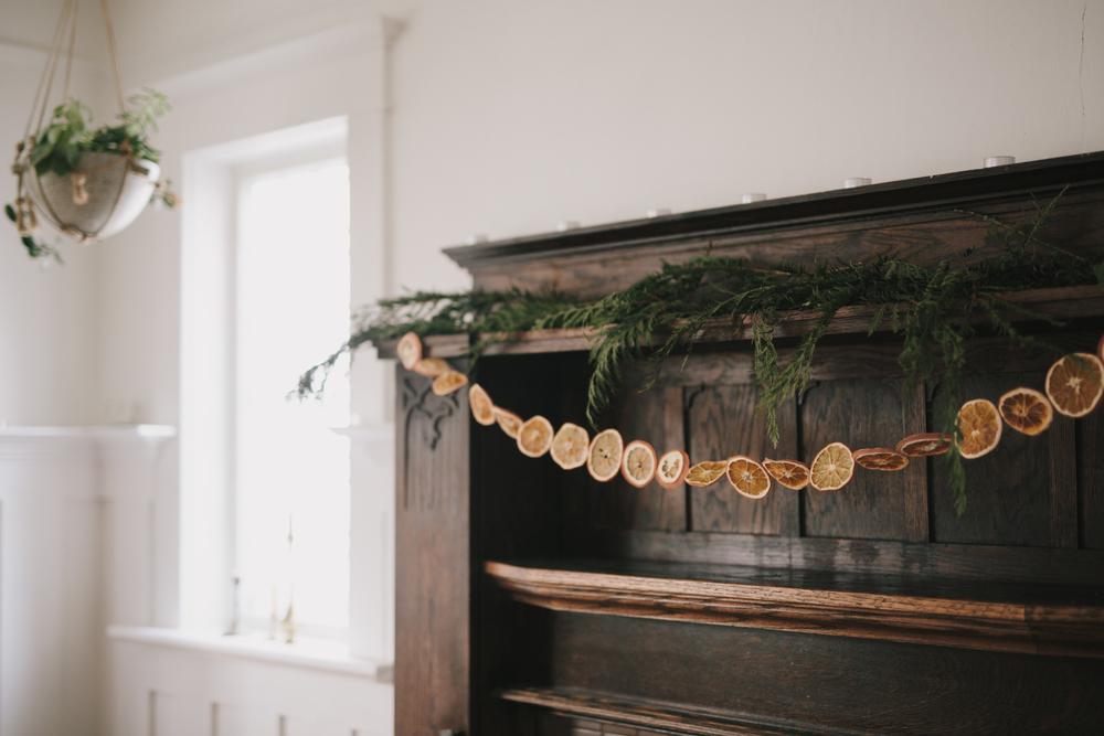Jak ozdobić dom na święta własnoręcznie zrobioną girlandą z pomarańczy