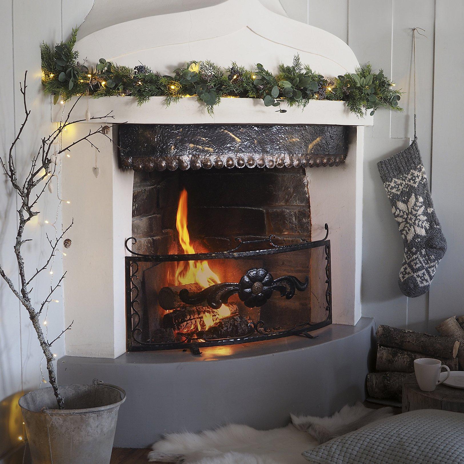 Delikatna girlanda nad kominkiem - ozdoby świąteczne domu