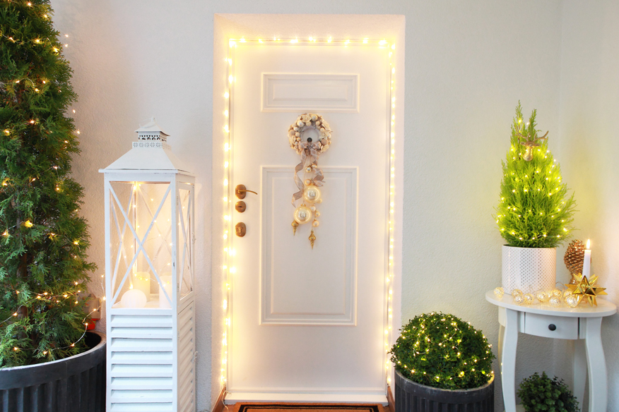Panele dekoracyjne mogą upiększyć każe drzwi, wystarczy odpowiedni klej, pomysł na ich rozmieszczenie i puszka farby.