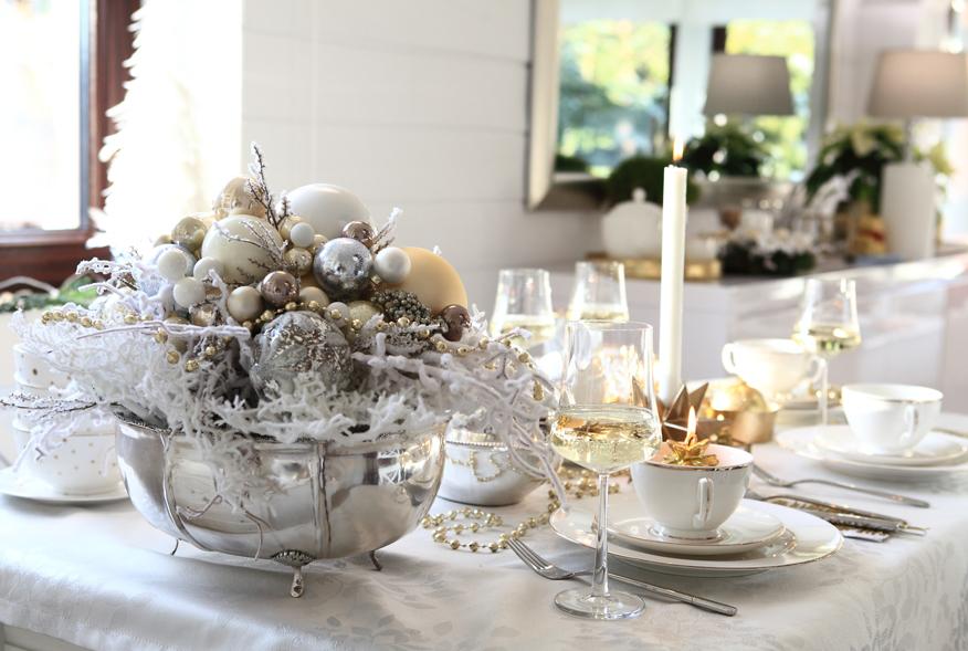 stol-wigilijny-bialo-zlote-dekoracje