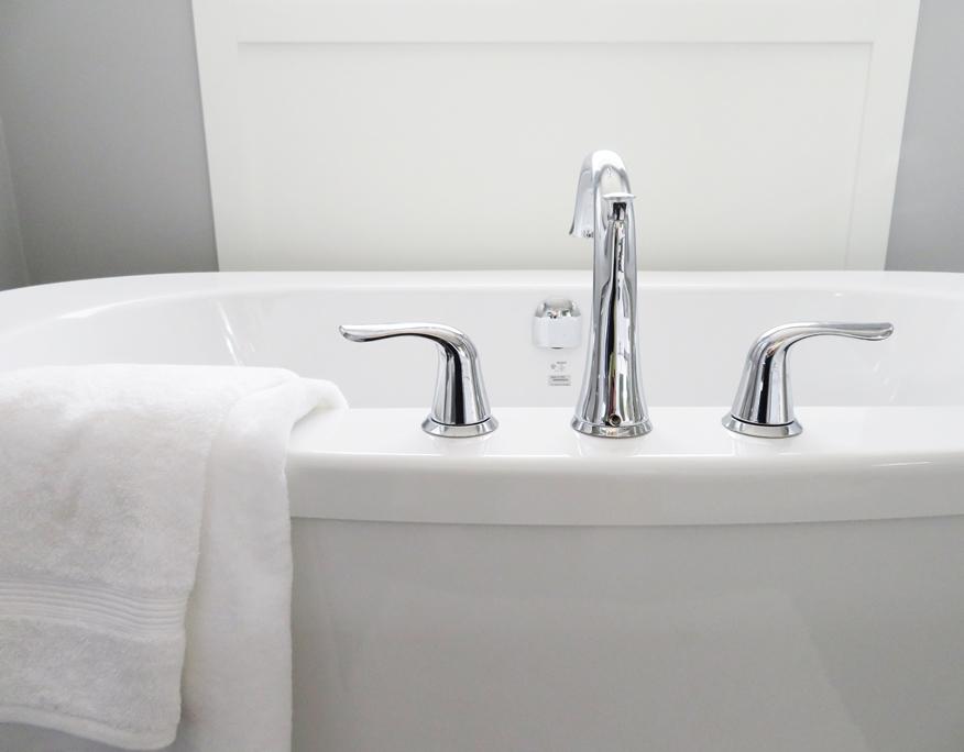 sprzątanie łazienki podczas wiosennych porządków