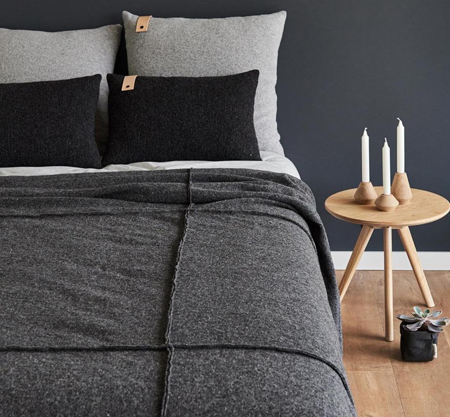 sklepy w stylu skandynawskim  narzuta szara do sypialni