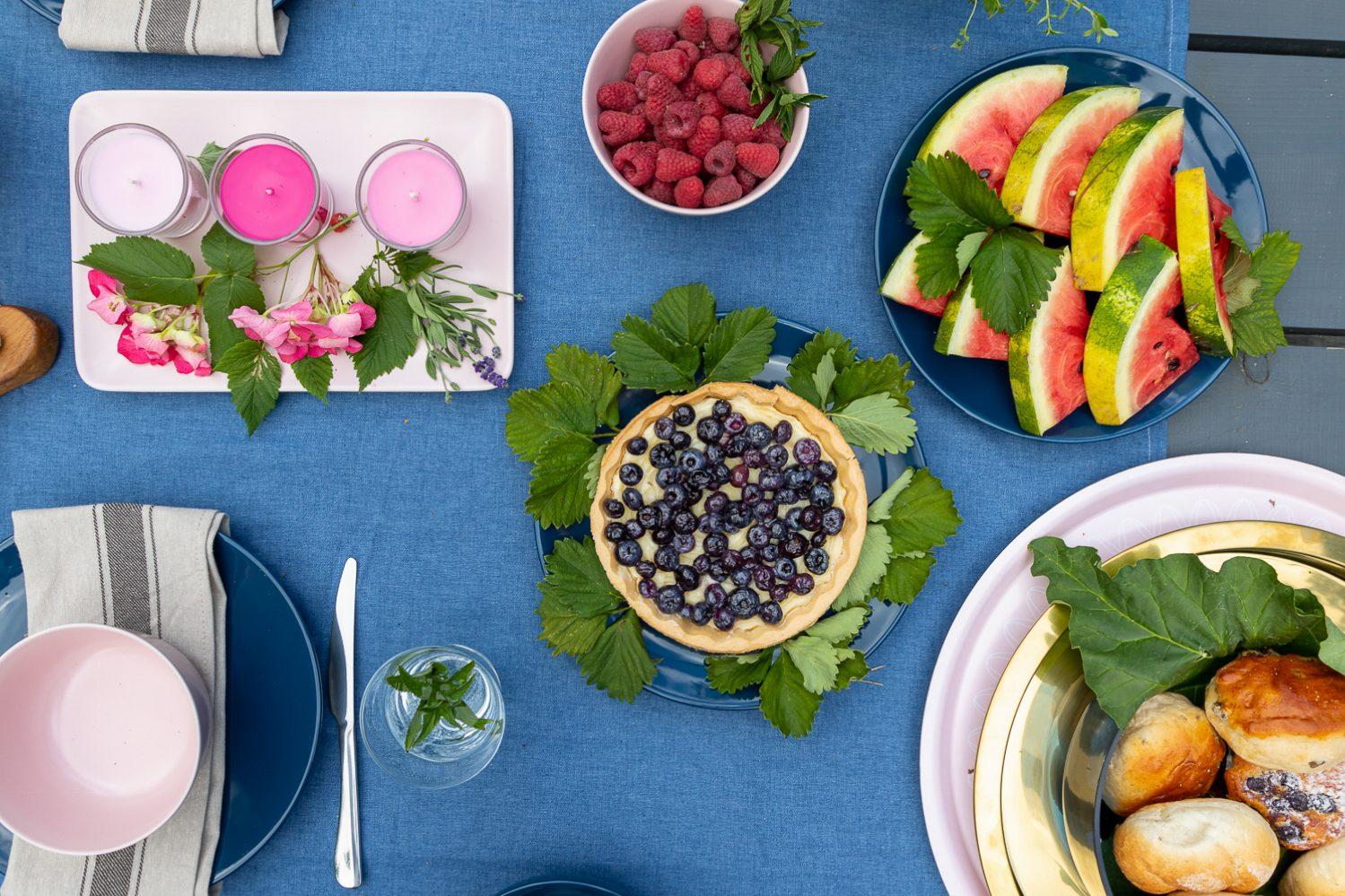 jak przygotować stół na ogrodowe letnie przyjęcie